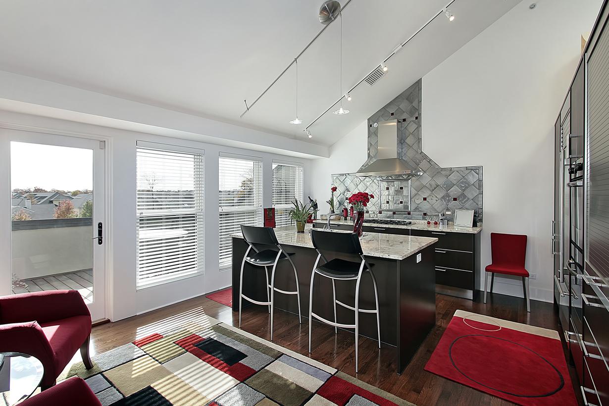 Damit Küche und Wohnraum wie aus einem Guss wirken, sollte ein durchdachtes Farbkonzept gewählt werden. Farbige Accessoires beispielsweise können sich wie ein roter Faden durch die Einrichtung ziehen. (Bild: Fotolia)