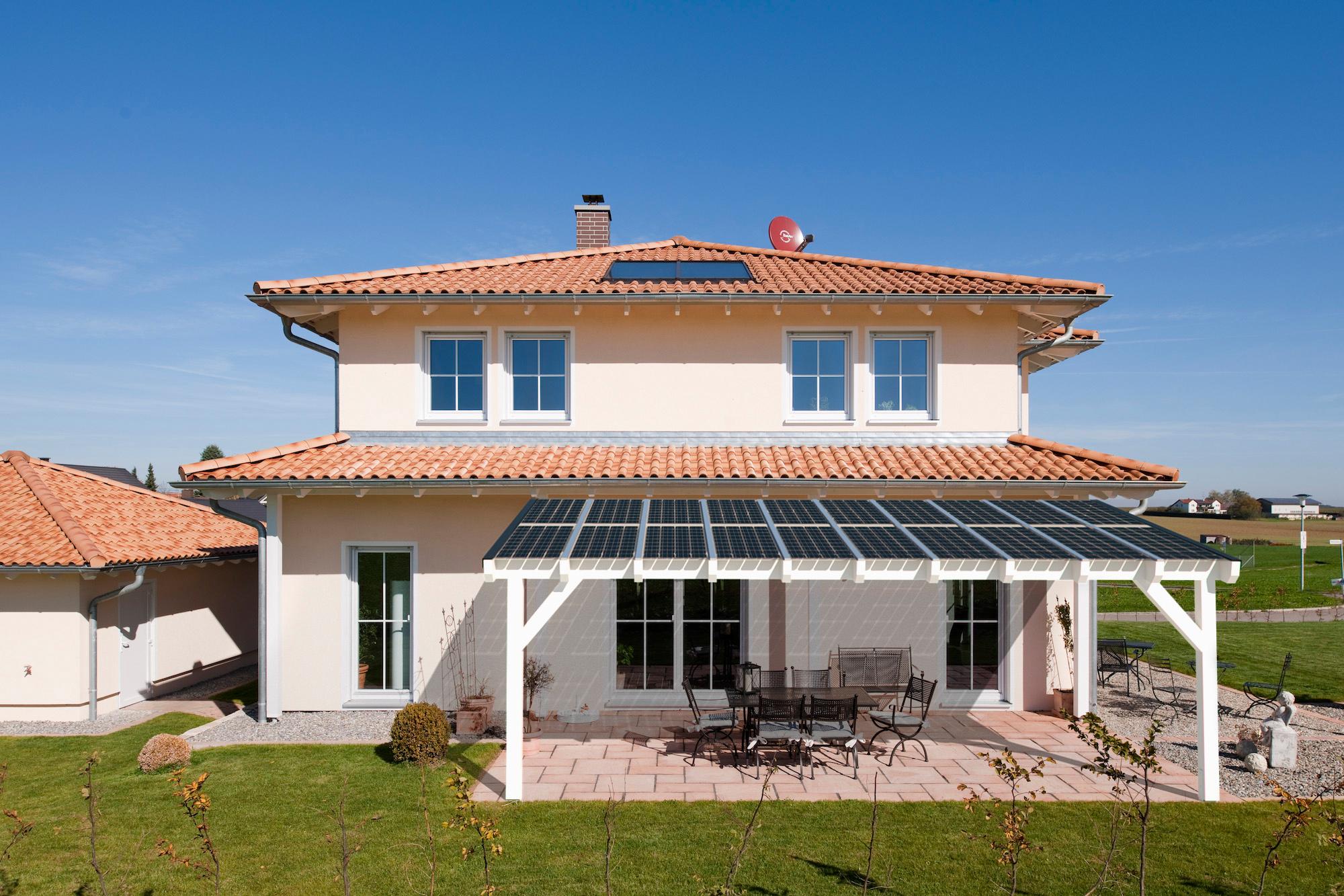 Solarterrassen vereinen zwei Funktionen in einem: Sie verschatten die Terrasse und wandeln das Sonnenlicht in Energie für den Haushalt um. Bild: easyterrasse.de