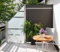 Glas eignet sich optimal als Windschutz. Es ist robust und undurchlässig. In Kombination mit WPC Feldern entsteht auf einem Balkon eine außergewöhnliche Atmosphäre. Bild: tdx/Brügmann TraumGarten