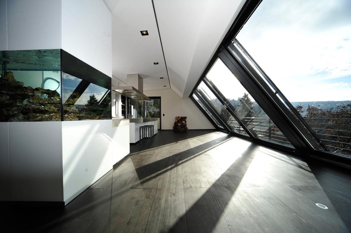 Mit Breiten von bis zu zwölf Metern gewähren Dachschiebefenster einen Panoramablick, der seinesgleichen sucht. Durch viel Tageslicht und einen ungetrübten Blick in den Himmel entsteht auch im Innenraum ein nahezu einzigartiges Wohngefühl. Bild: tdx/Sunshine Wintergarten