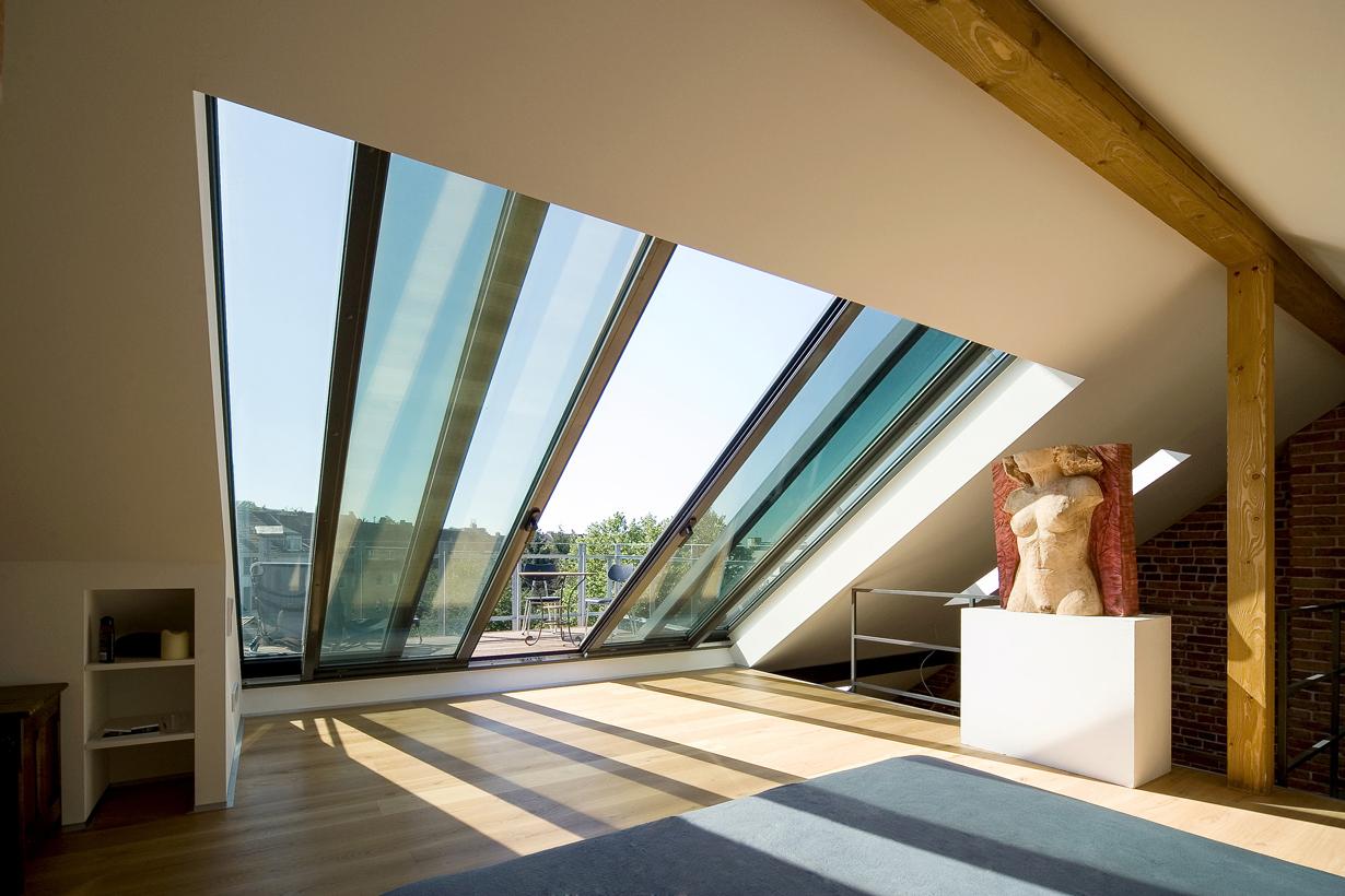 Das Dachschiebefenster Panorama schafft mittels viel Licht eine besondere Atmosphäre in jedem Dachgeschoss. Sie wirkt warm und einladend, zugleich kann der Blick bis zum Horizont schweifen. Bildquelle: tdx/Sunshine Wintergarten