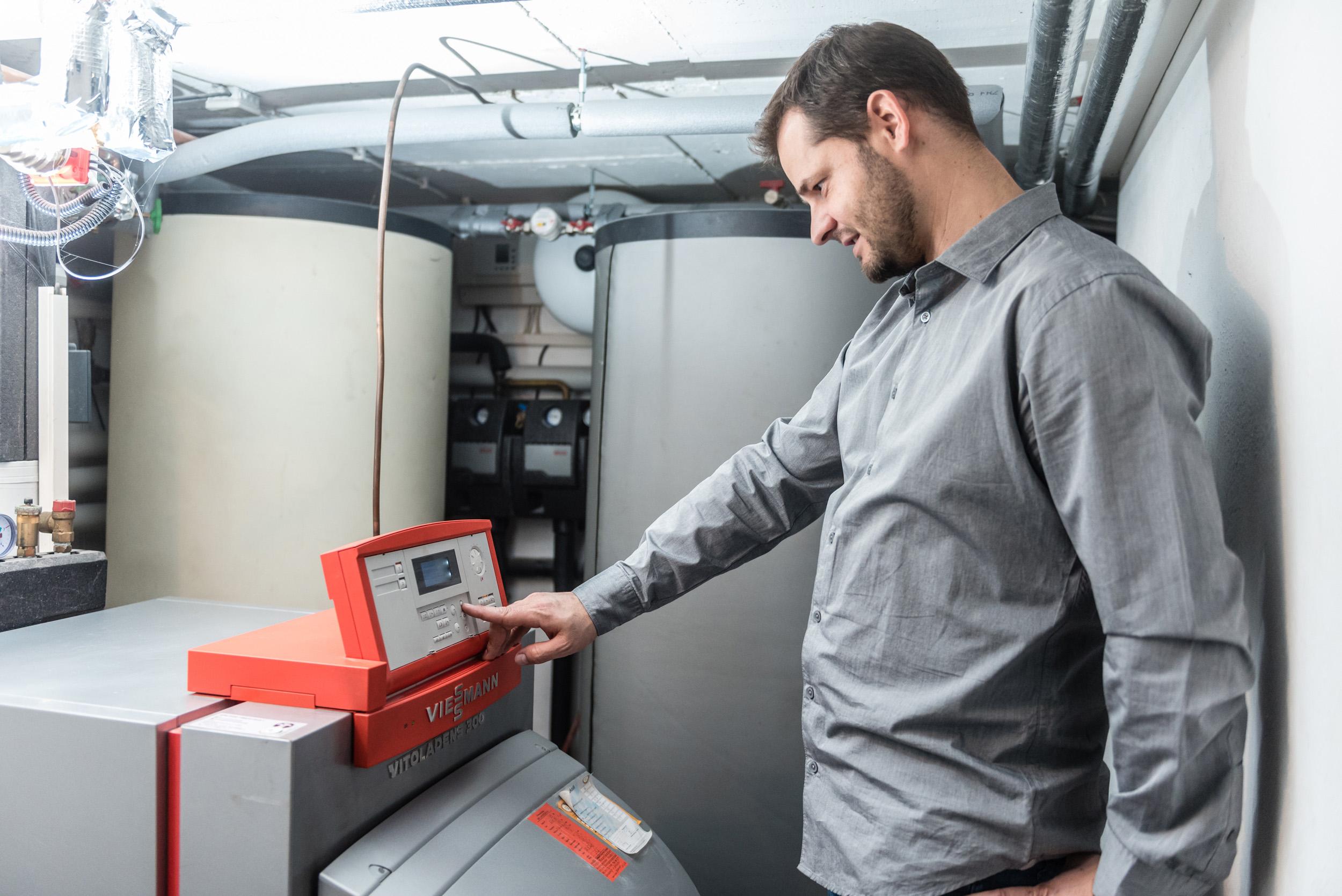 Moderne Heiztechnik nutzt mit einem Wirkungsgrad von bis zu 98 Prozent die eingesetzte Energie fast vollständig aus und kommen mit einer geringen Betriebstemperatur aus. Mittels Kondensation wird auch den Abgasen noch Restwärme entzogen. Das senkt den Energiebedarf für den Betrieb der Anlage und steigert die Effizienz. Bildquelle: tdx/IWO