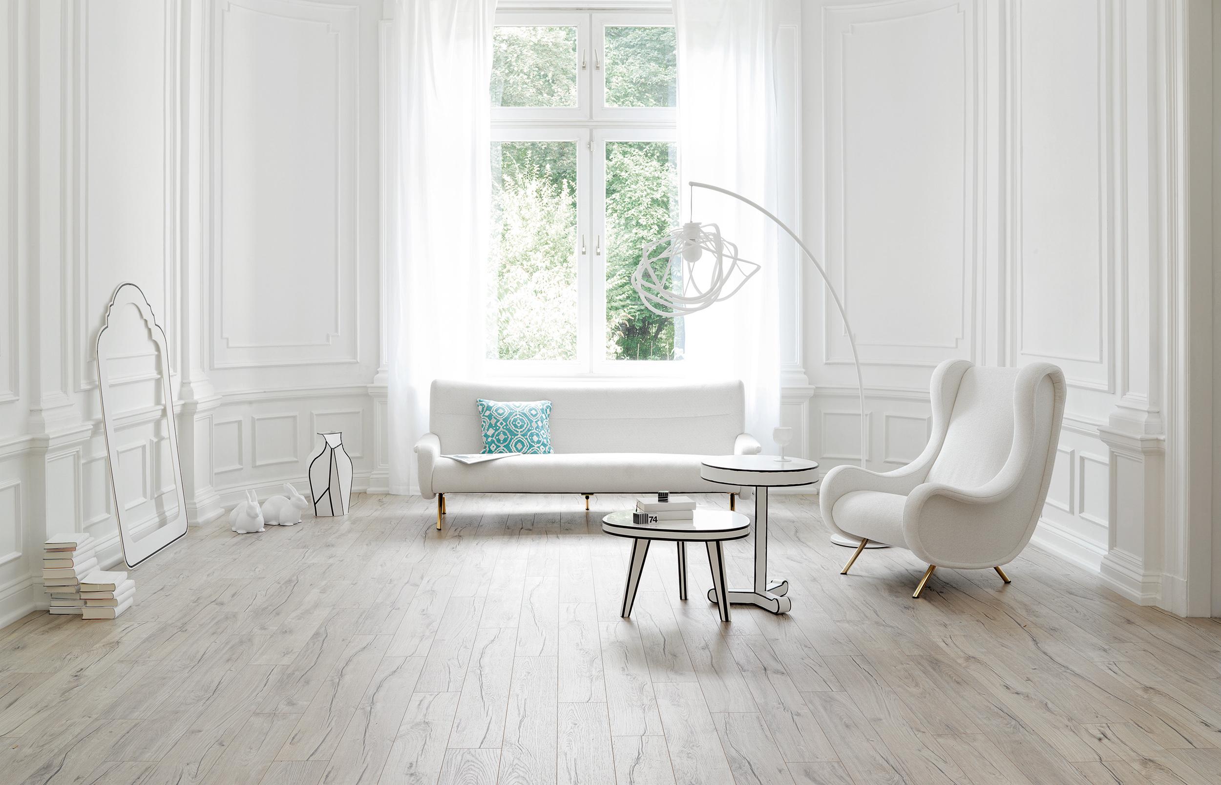 Durch die filigrane Maserung wirkt der helle Fußboden lebendig und schafft einen Kontrast zur einfarbigen Wand. Erzielt werden kann der natürliche Effekt nicht nur mit Echtholz. Laminat oder Holznachbildungen sind ebenso authentisch. Bildquelle: tdx/Parador