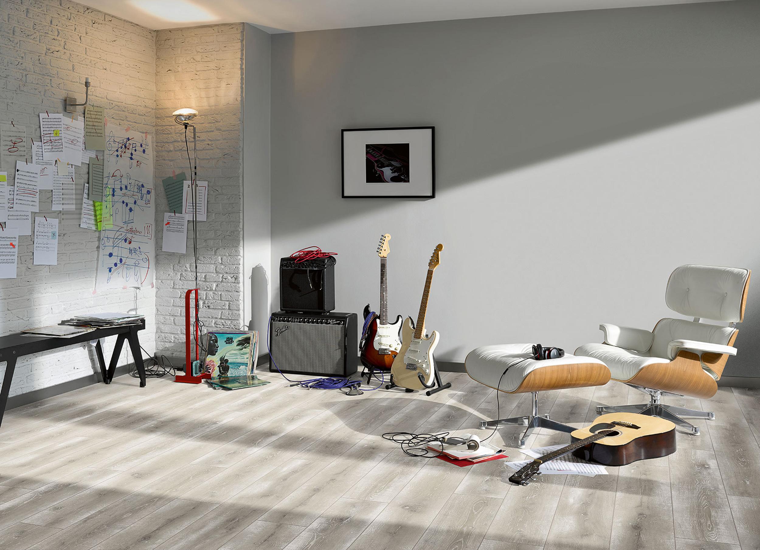 Neben seiner offenen Raumgestaltung ist für ein Loft die freiliegende Backsteinmauer charakteristisch. Passend dazu kann ein Raum mit Laminat gestaltet werden. In schlichter Farbe und mit leichten Schattierungen wirkt der Raum sehr einladend. Bildquelle: tdx/Parador