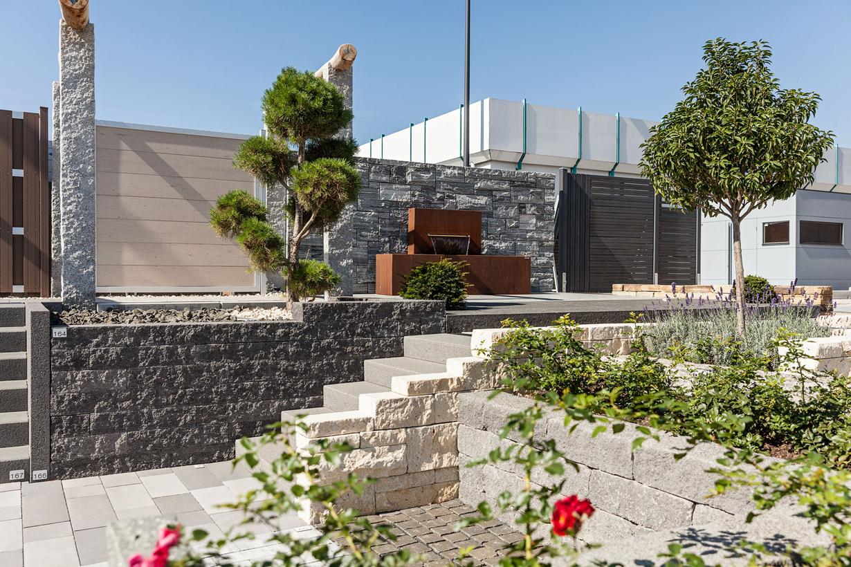 Um einen Überblick über die große Vielfalt, die Stein bietet, zu erhalten, lohnt sich ein Besuch in den Ausstellungen der EUROBAUSTOFF-Fachhändler. Mit Hilfe der Fachberater lassen sich Garten- und Terrassenträume planen und erfolgreich umsetzen. (Bildquelle: tdx/EUROBAUSTOFF/Beinbrech)