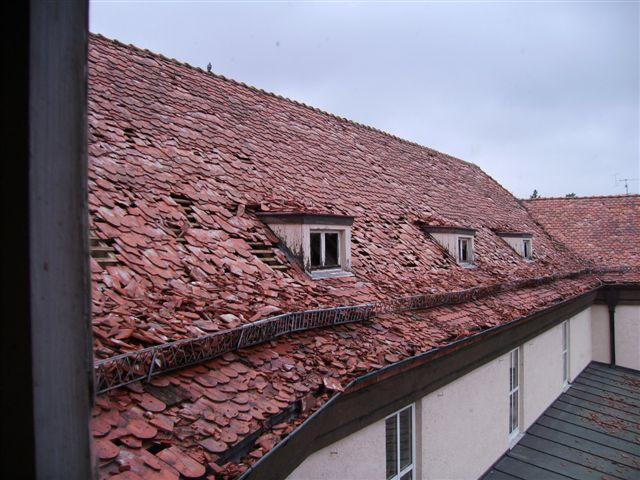Lose Dacheindeckungen sind auch in Deutschland keine Seltenheit mehr. Um tiefergehenden Schäden vorzubeugen, sollten Bauherren daher besonderen Wert auf die darunterliegende Unterdeckebene legen und hochwertige Bitumen-Deckbahnen einbauen lassen. Bildquelle: tdx/Bauder
