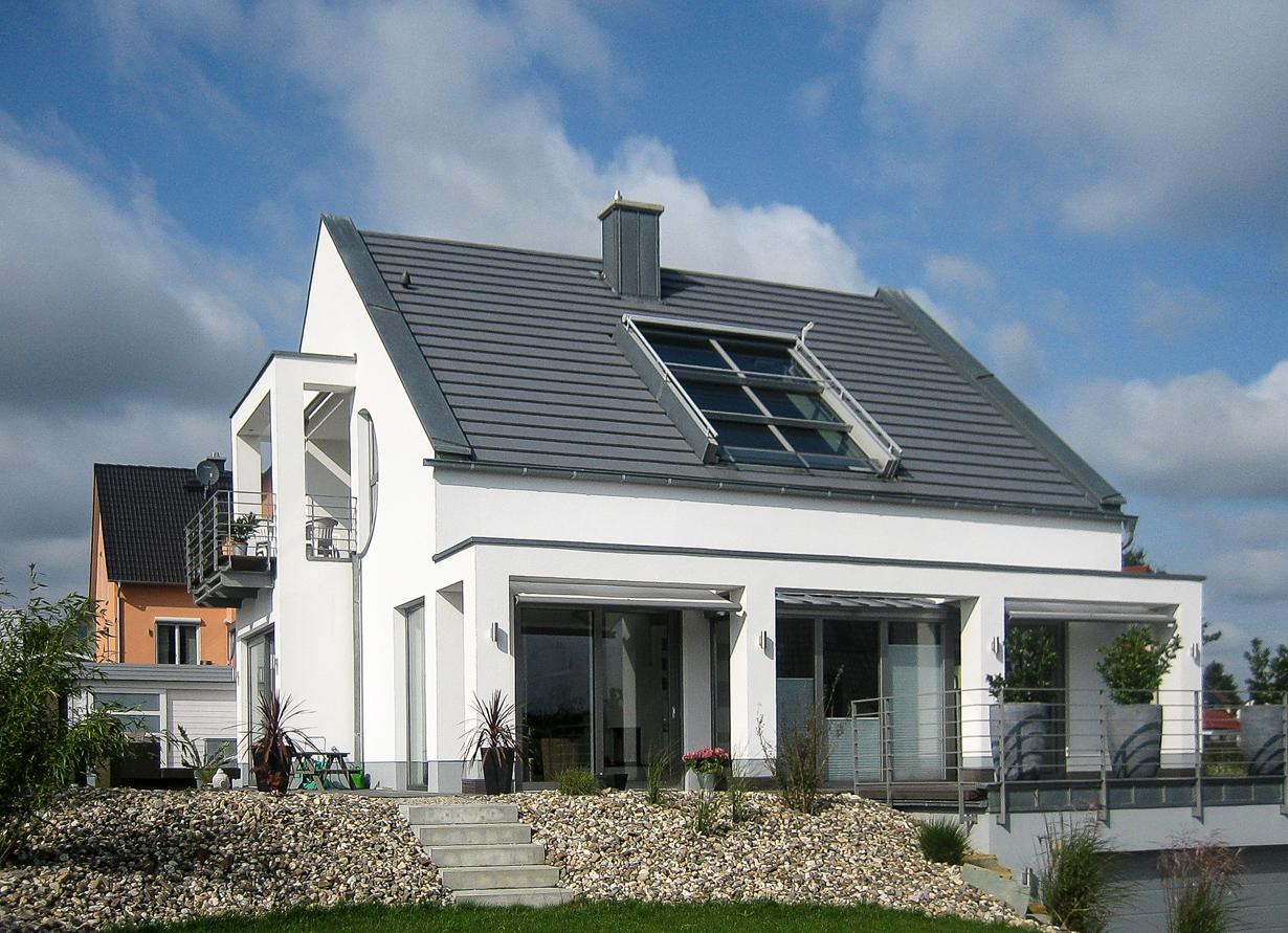 Schiebefenster von Sunshine besitzen atemberaubende Dimensionen von bis zu zwölf Meter Breite und vier Meter Höhe. Sie erzeugen eine exklusive Open-Air-Atmosphäre, lassen Tageslicht sowie Frischluft ins Dachgeschoss und geben eine maximale Aussicht nach draußen frei. Bildquelle: tdx/Sunshine Wintergarten