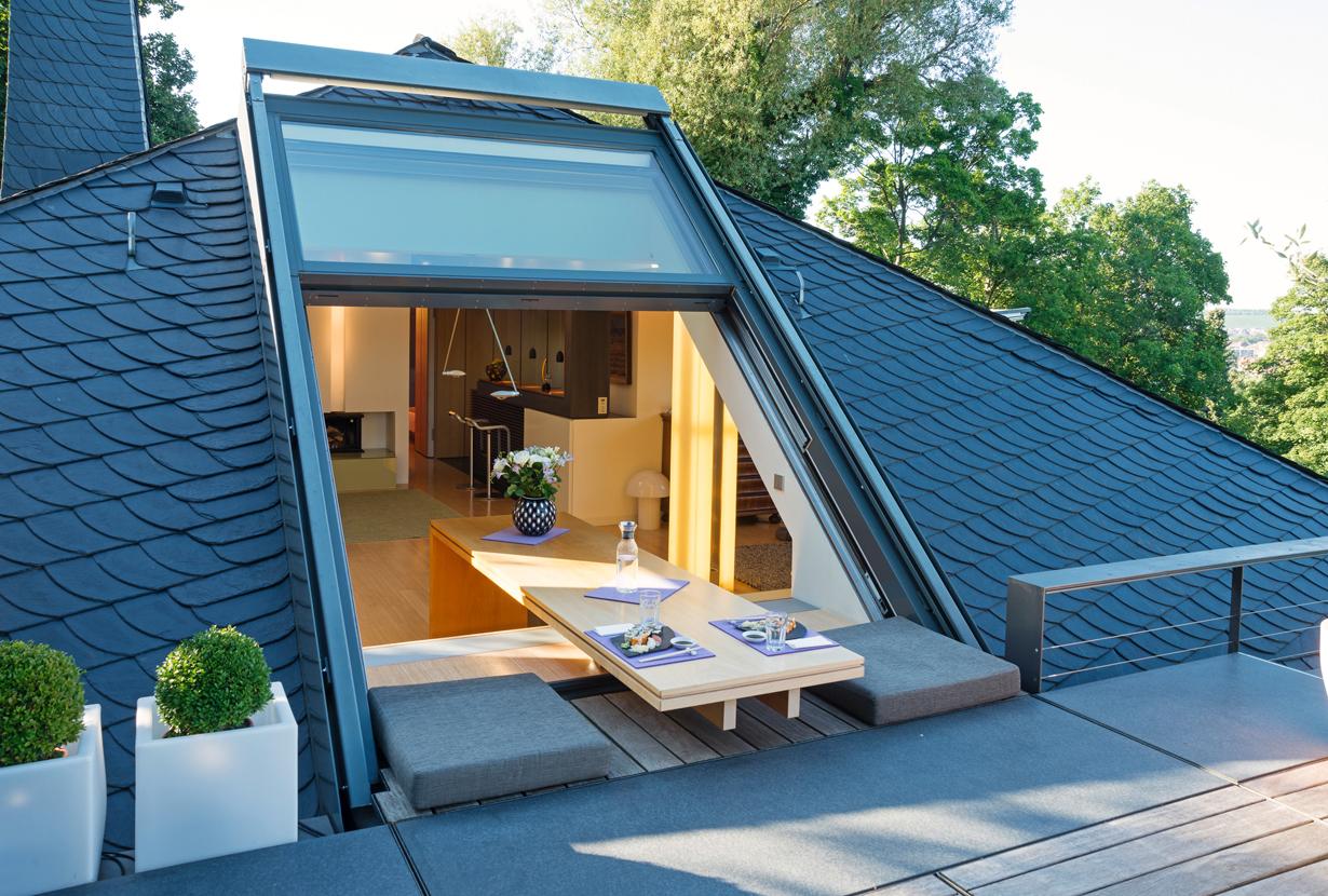 Offenes, großzügiges Wohnen lässt sich optimal im Dachgeschoss verwirklichen. Übergroße Fenster, wie sie beispielsweise von Sunshine Wintergarten hergestellt werden, sorgen für lichtdurchflutete Räume mit Open-Air-Charakter. Bild: tdx/Sunshine Wintergarten