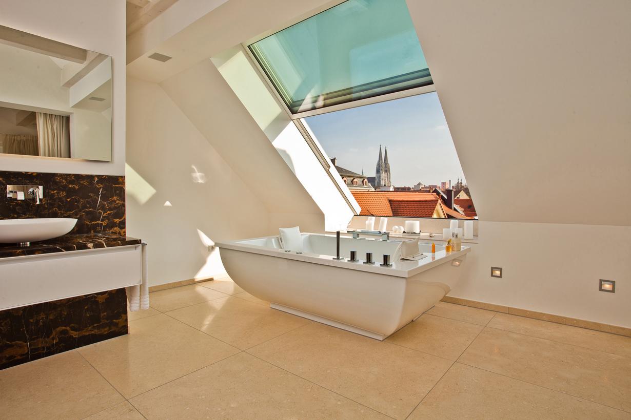 Ein Badezimmer lässt sich hervorragend unter schrägen Dachflächen realisieren. Attraktive Einrichtungskonzepte und großzügige Fensterflächen ermöglichen einladende Wellnesslandschaften. Bildquelle: tdx/Sunshine Wintergarten
