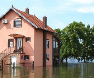 Überflutungen durch Starkregen oder Hochwasser haben in der Regel schlimme Folgen für Hauseigentümer. Das Eigenheim kann kostspielig saniert werden, die Angst und zerstörte Erinnerungen bleiben. Werden allerdings vorsorgliche Maßnahmen getroffen, können Folgen und Sorgen überschaubar bleiben. Bild: tdx/Colourbox