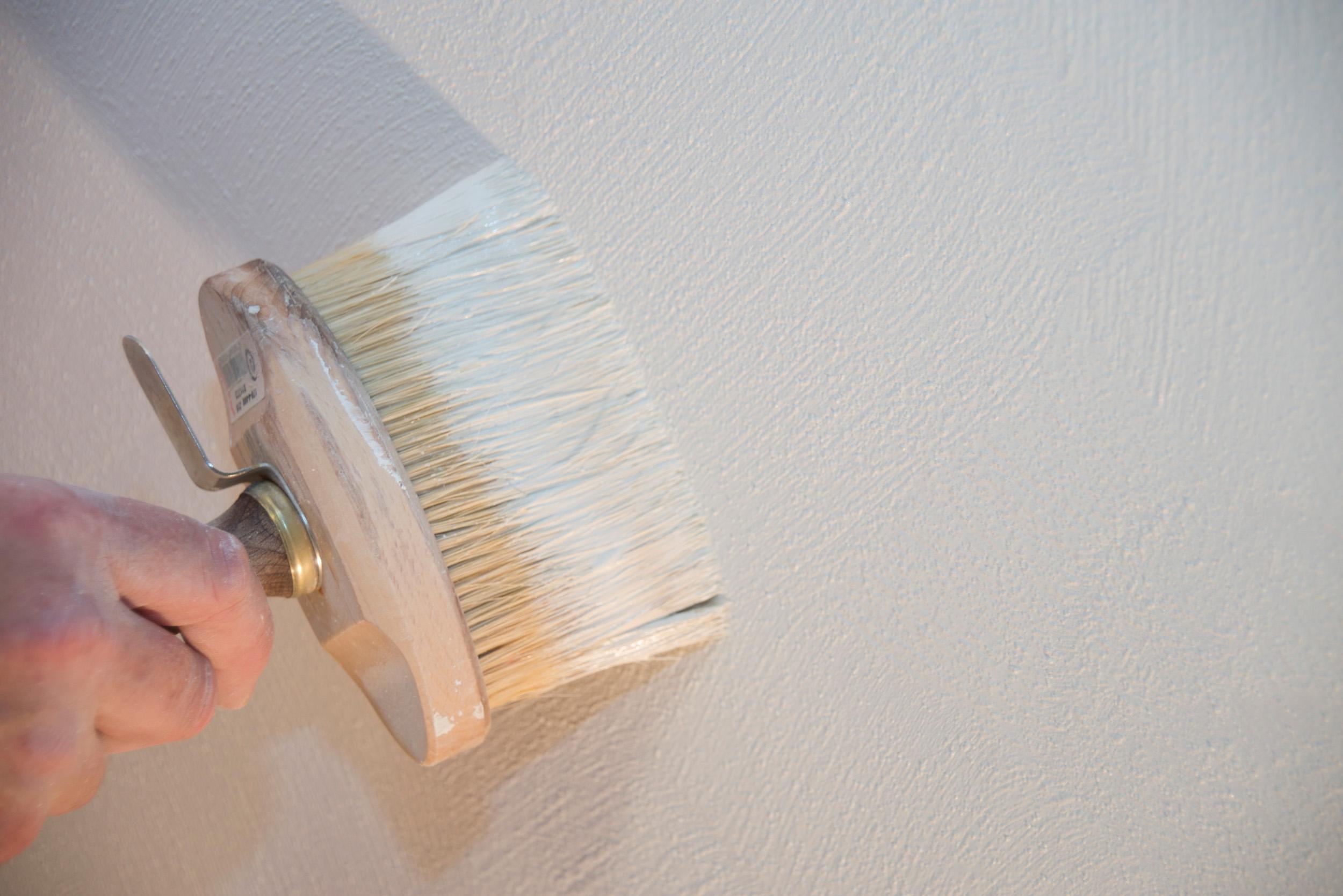 Kalkfarbe kommt ohne chemische Zusätze aus, wirkt antibakteriell, ist einfach zu verarbeiten und dabei äußerst nachhaltig. Sie lässt sich ganz einfach per Bürste oder Flächenstreicher auftragen. Je nach Untergrund sind für eine vollständige Deckkraft zwei bis drei Anstriche notwendig. Bildquelle: tdx/Reincke Naturfarben LEINOS