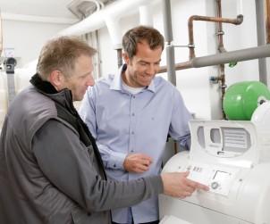 Der Austausch einer alten Öl-Heizung erfolgt schnell und mit wenig Aufwand. Die bewährte und sehr stabile Technik lässt sich ideal mit erneuerbaren Energien wie Solar oder Biomasse kombinieren. Solche kombinierten Heizsysteme nennt man Hybridheizungen. Bild: tdx/IWO