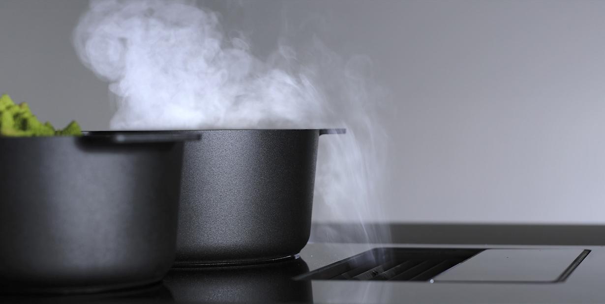 Trend und Paradigmenwechsel in der Küchenplanung – dafür steht der berbel Kochfeldabzug, der einen leistungsstarken Abzug und ein Induktionskochfeld in einem Gerät vereint. Durch die kompakte Bauweise sorgt der Dunstabzug direkt am Ort des Kochgeschehens mit dem berbel-Prinzip für höchst effektive Luftreinigung – mit Zentrifugalkraft, ohne Fettfilter. Bildquelle: tdx/berbel