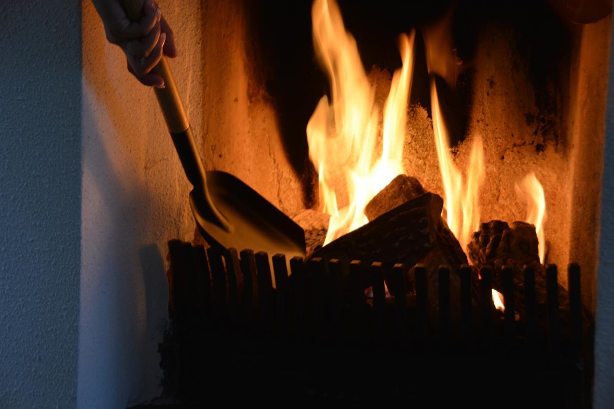 Ein Kaminfeuer und seine Flammen üben eine ungebrochene Faszination aus. Fast schon meditativ wirken das Glühen der Holzscheite, die wohl einzigartige Wärme und der Funkenschlag, wenn ein Scheit in sich zusammenfällt. So lassen sich auch kalte Tage herrlich genießen. Bild: tdx/Esschert