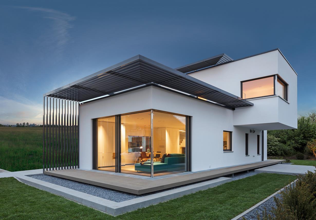 Die sonnenBatterie verfügt über einen integrierten intelligenten Energiemanager. Steht beispielsweise Solarstrom zur Verfügung, der gerade nicht benötigt wird, kann die sonnenBatterie bis zu drei Geräte automatisch über Funksteckdosen ansteuern und einschalten. Geräte, die im Ruhezustand viel Energie benötigen, kann der Energiemanager gezielt abschalten. Bildquelle: tdx/Luxhaus