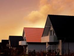 Das Hausdach muss höchste Sicherheitsanforderungen erfüllen. Einen wichtigen Beitrag dazu leisten die Neigung des Dachs sowie eine robuste Eindeckung. Bild: tdx/dach.de