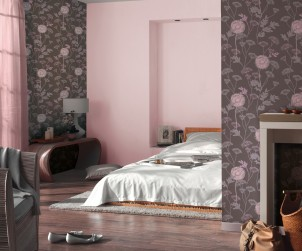 Damit man sich im eigenen Schlafzimmer wohlfühlt, ist eine angenehme Atmosphäre unerlässlich. Mit dem Zusammenspiel aus sanftem Rosa und einer floralen Tapete in Braun und Rosa gelingt das. Bild: tdx/A.S. Création Tapeten AG